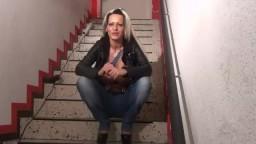 eve-deluxe - Arschfick im Treppenhaus