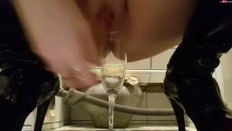 Lisacat1 - Volles Glas Sekt - Ich pisse in ein Glas und Finger in die Muschi - Ich fuelle es mit Urin und trink